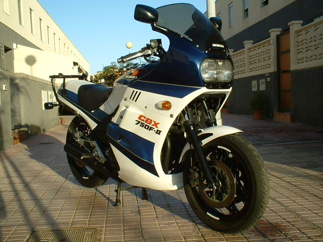 my cbx 750 f2 fit a double or single headlamp due to the different country  regulations: single for the continental europe versions (italy, germany,  swiss